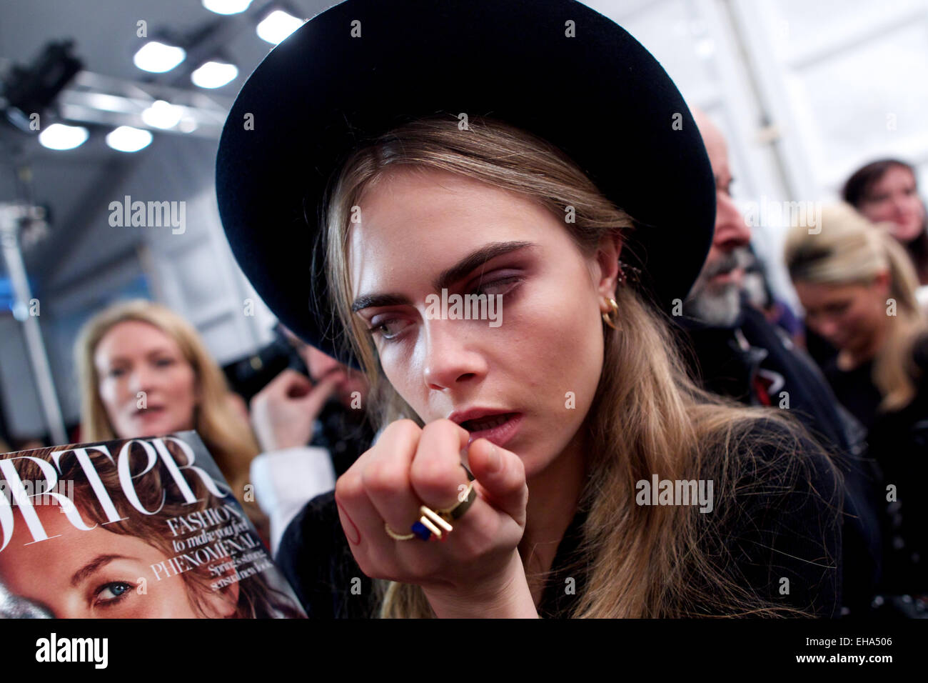 Reino Unido, Londres : modelo británico Cara Delevingne obtiene listo para la etapa posterior de Burberry colección Imagen De Stock