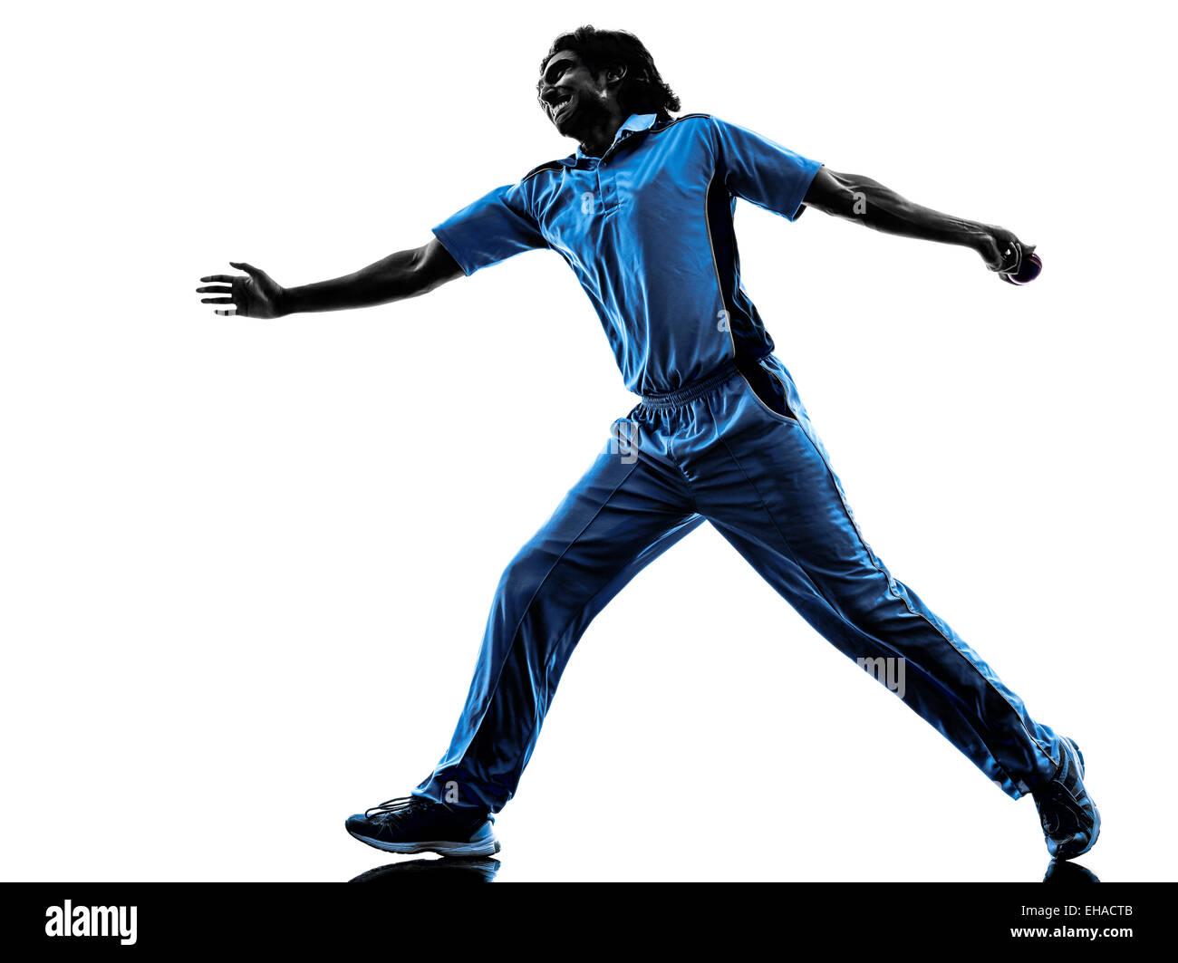 La lanzadora jugador de críquet en silueta sombra sobre fondo blanco. Imagen De Stock