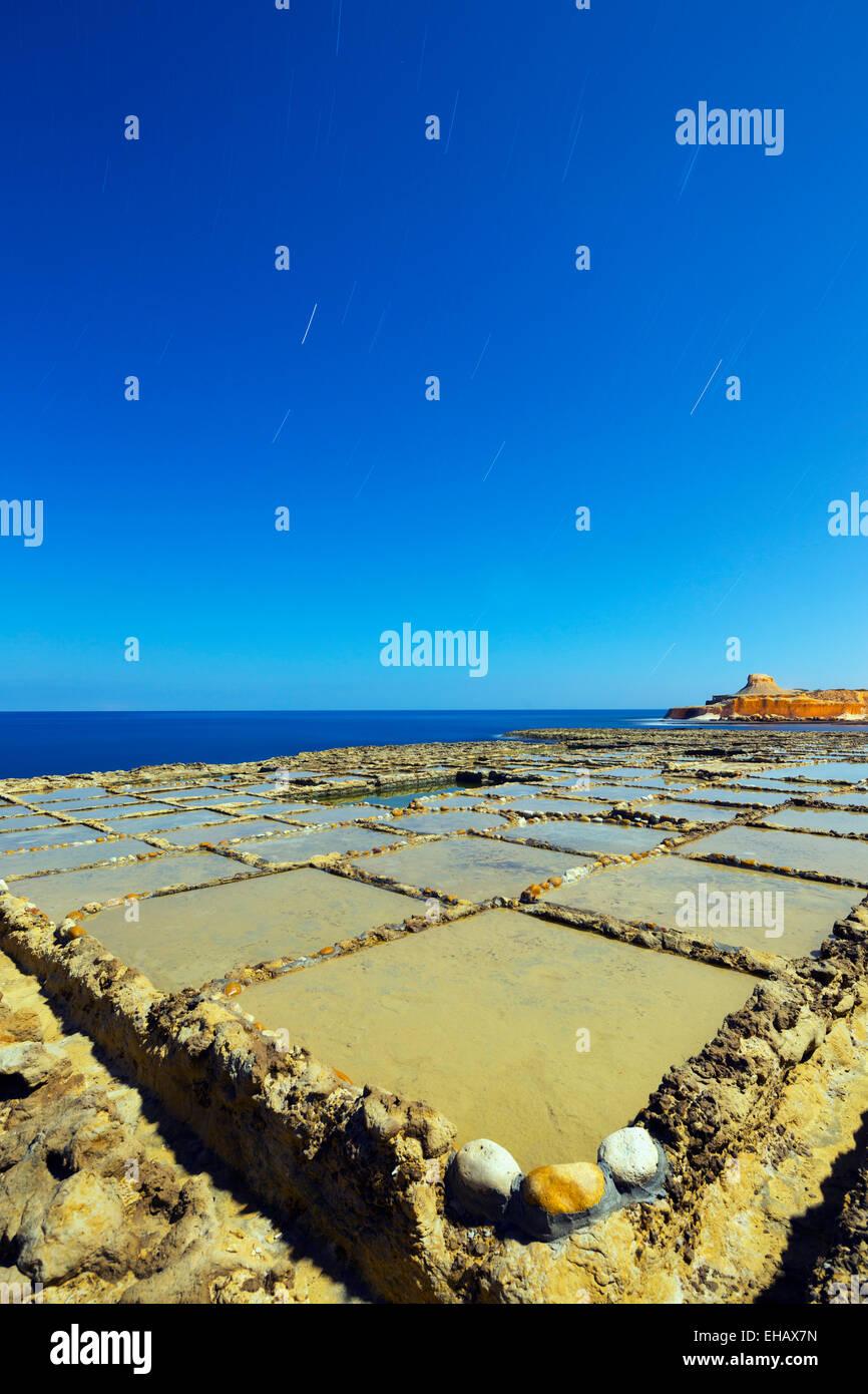 La Europa del Mediterráneo, Malta, Gozo Island, Night Shot de salinas en Xwejni Bay Imagen De Stock