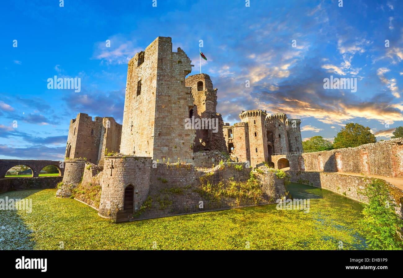 Ruinas del castillo medieval de Raglan (Galés: Castell Rhaglan) Monmothshire, Gales. Foto de stock