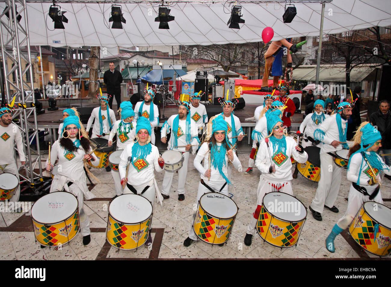 Banda de percusión llamado 'UE' de Paraná, en el carnaval de la ciudad Tyrnavos, Larissa, Tesalia, Imagen De Stock
