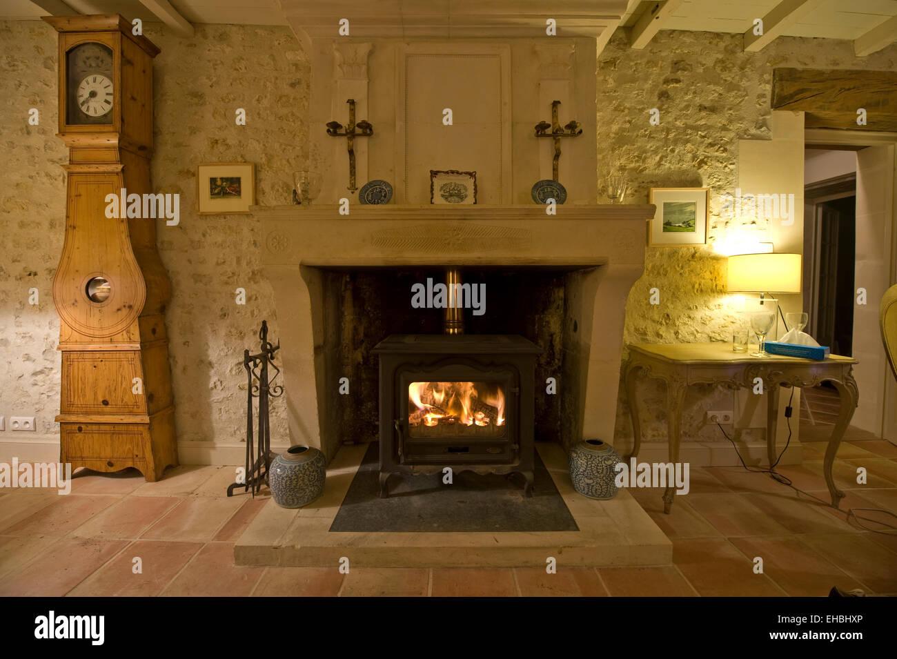 Fotografía del interior de una casa de campo con chimenea de leña ...