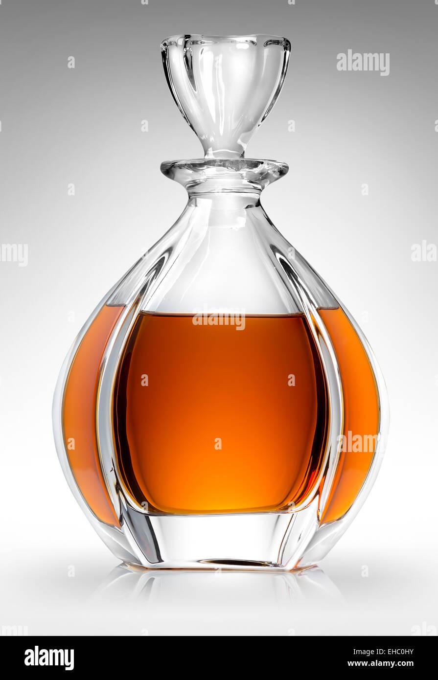 Garrafa con whiskey sobre un fondo gris Foto de stock