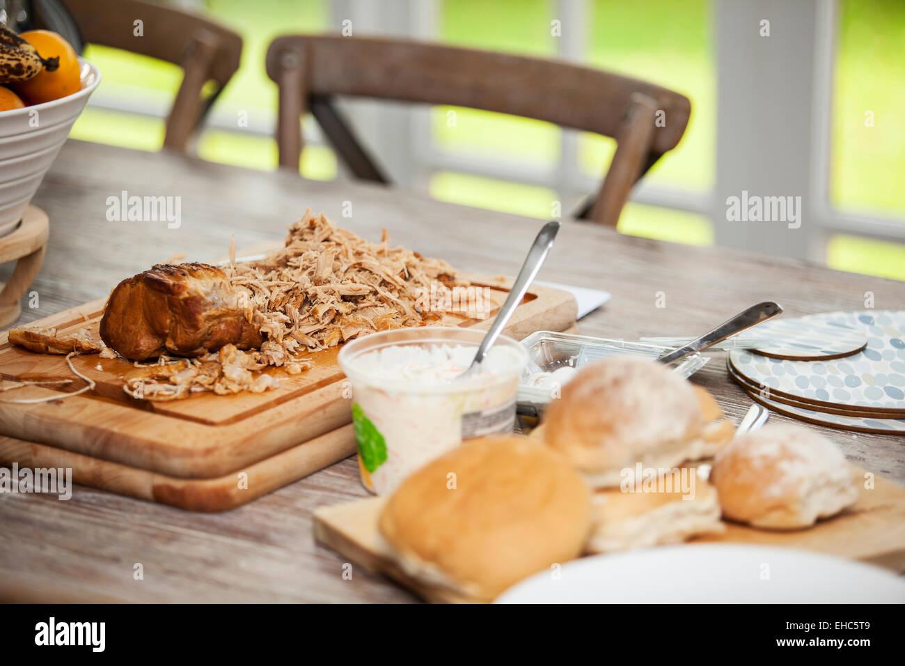 Carne de cerdo la carne en una tabla de cortar listo para comer Imagen De Stock