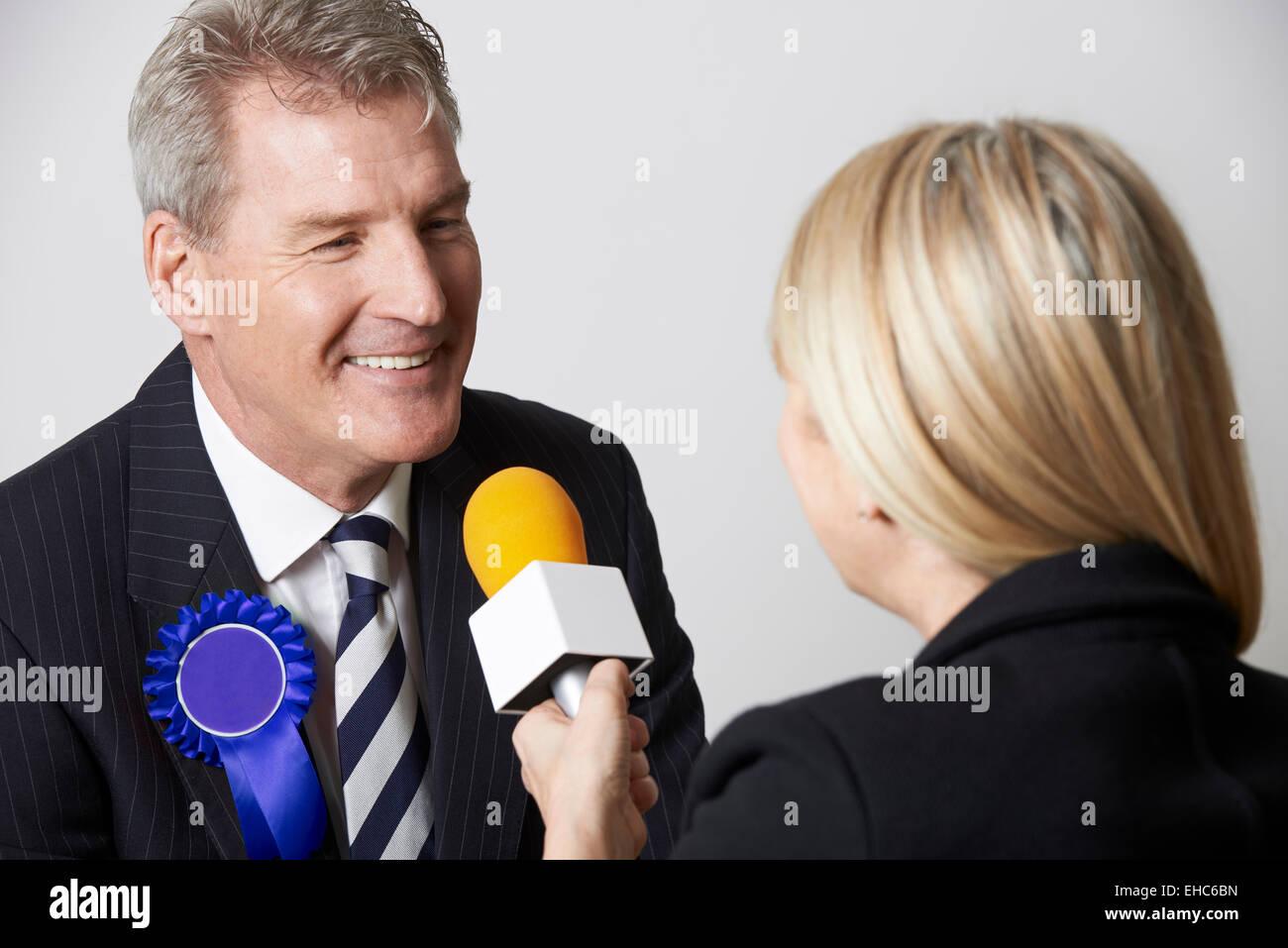 Político siendo entrevistado por el periodista durante la elección Imagen De Stock