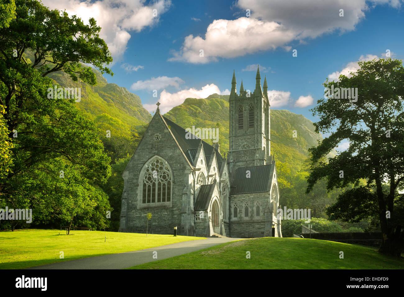 Iglesia gótica, Mary Henry's Memorial en la abadía de Kylemore. Región de Connemara, Irlanda Imagen De Stock