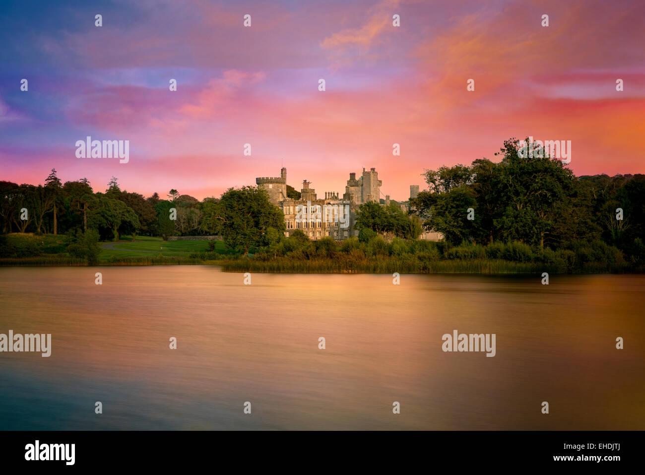 Estanque y Dromoland Castle al amanecer. Irlanda Imagen De Stock