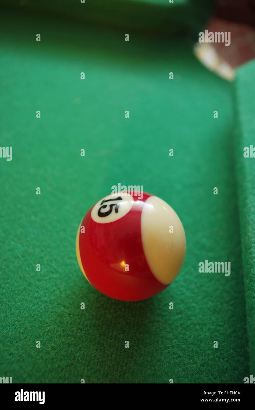 Quince bola verde sobre la mesa de billar. Imagen De Stock
