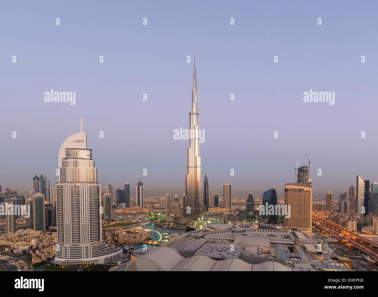 , El Burj Dubai Mall y el horizonte del amanecer en el centro de Dubai Emiratos Arabes Unidos Foto de stock
