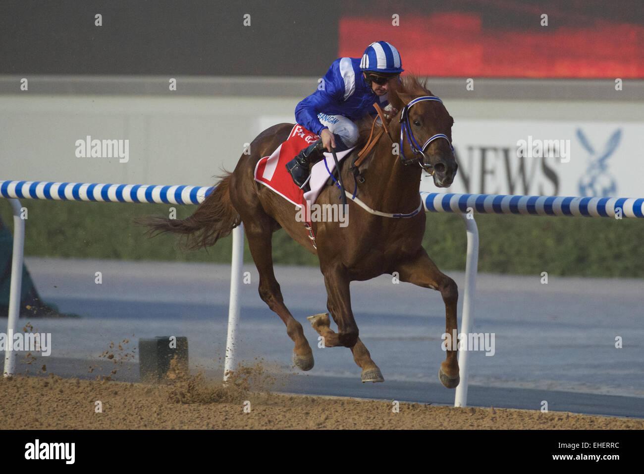 El hipódromo de Meydan, en Dubai, EAU. 7 de marzo de 2015. Tamarkuz en su camino a la victoria en la carrera Imagen De Stock