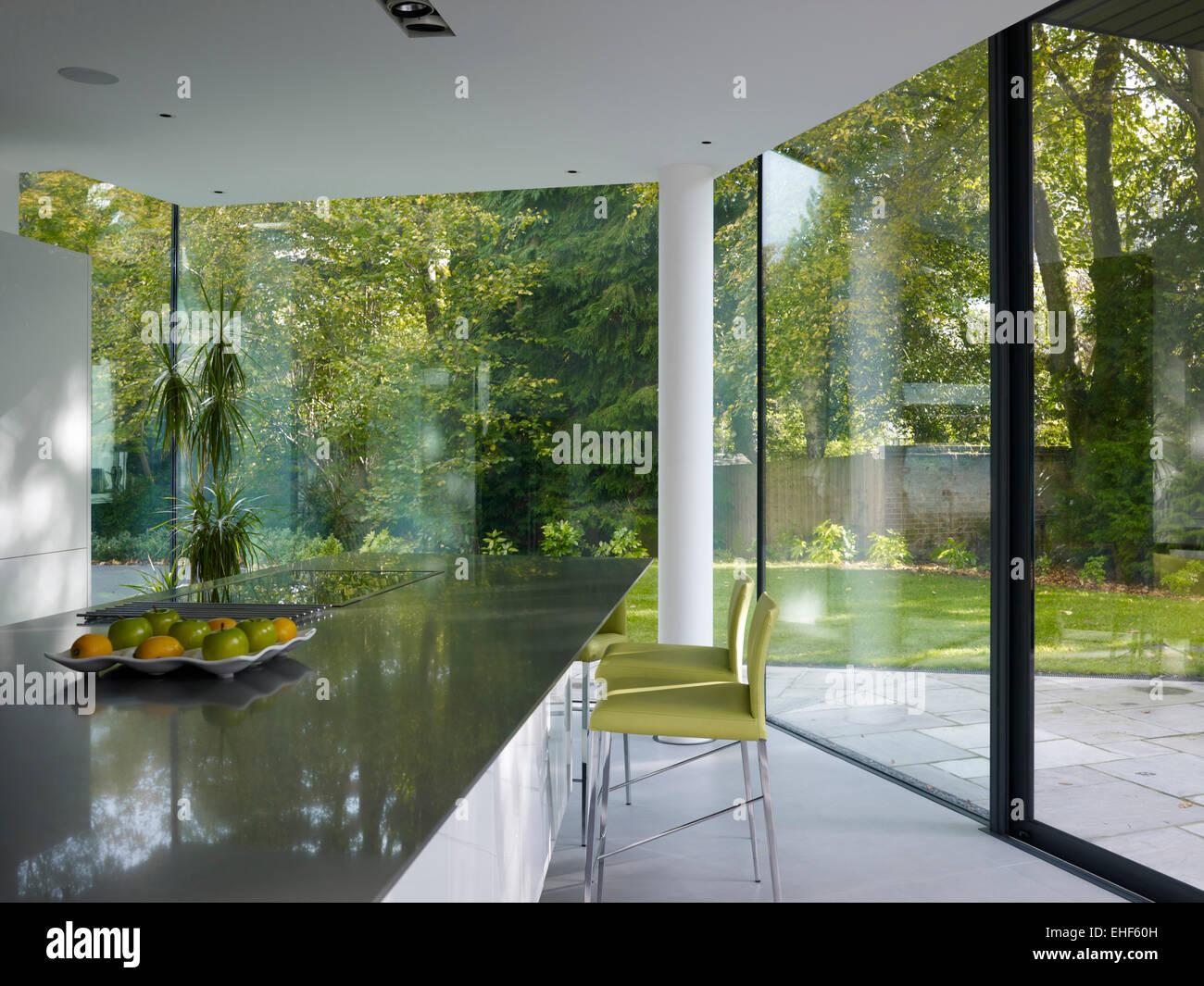 Modernas paredes de vidrio de suelo a techo en la cocina de casa ...