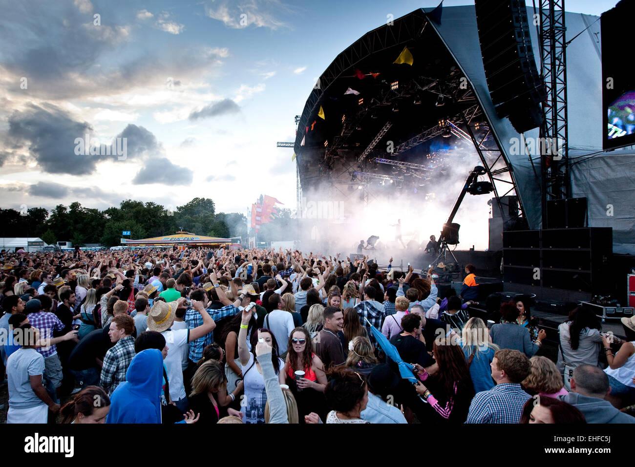 Gran multitud de filmación Lovebox festival en el Victoria Park de Londres de julio de 2010. Imagen De Stock