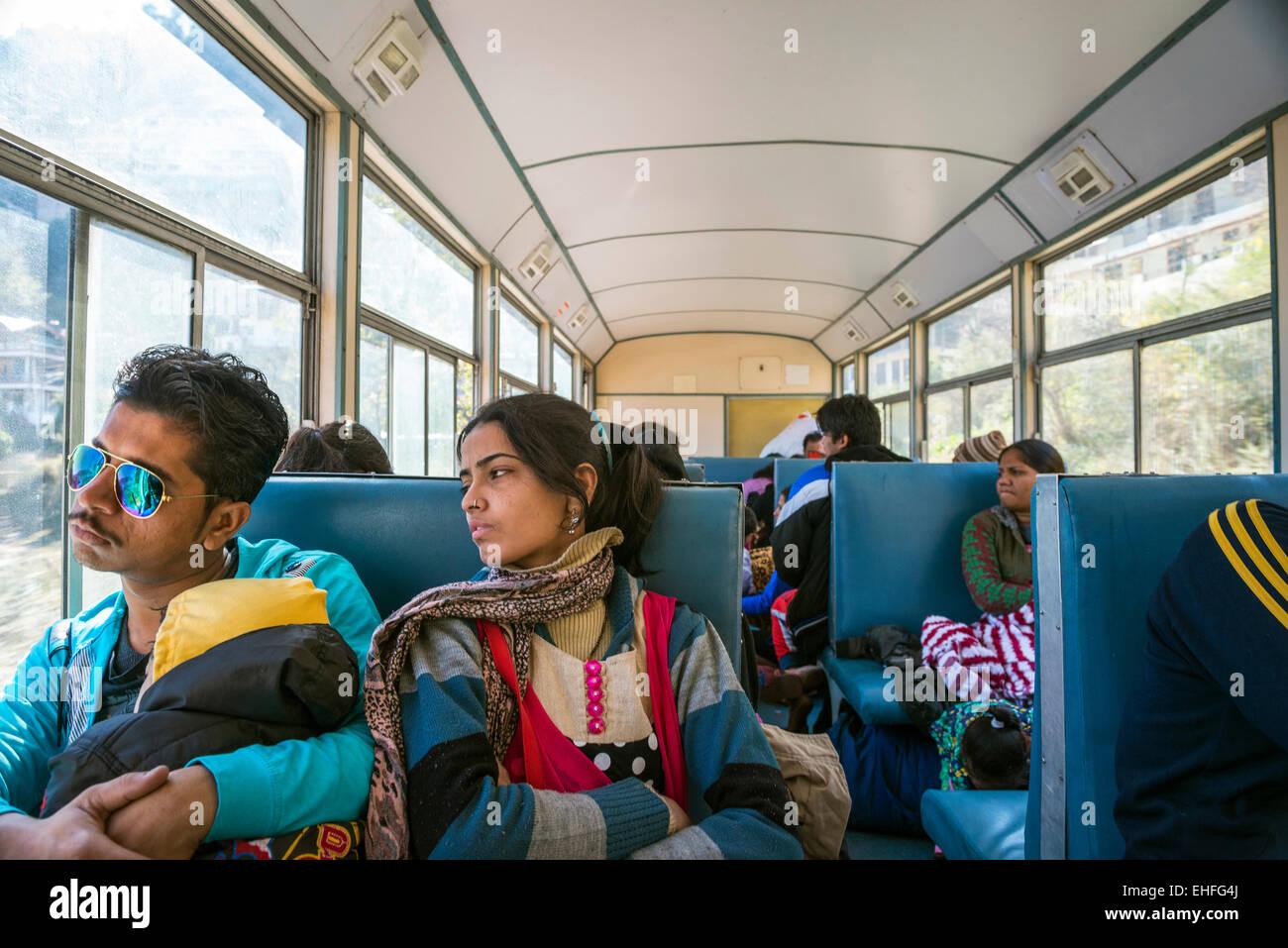Una joven pareja india y niño en el ferrocarril Kalka-Shimla, Himachal Pradesh, India Foto de stock
