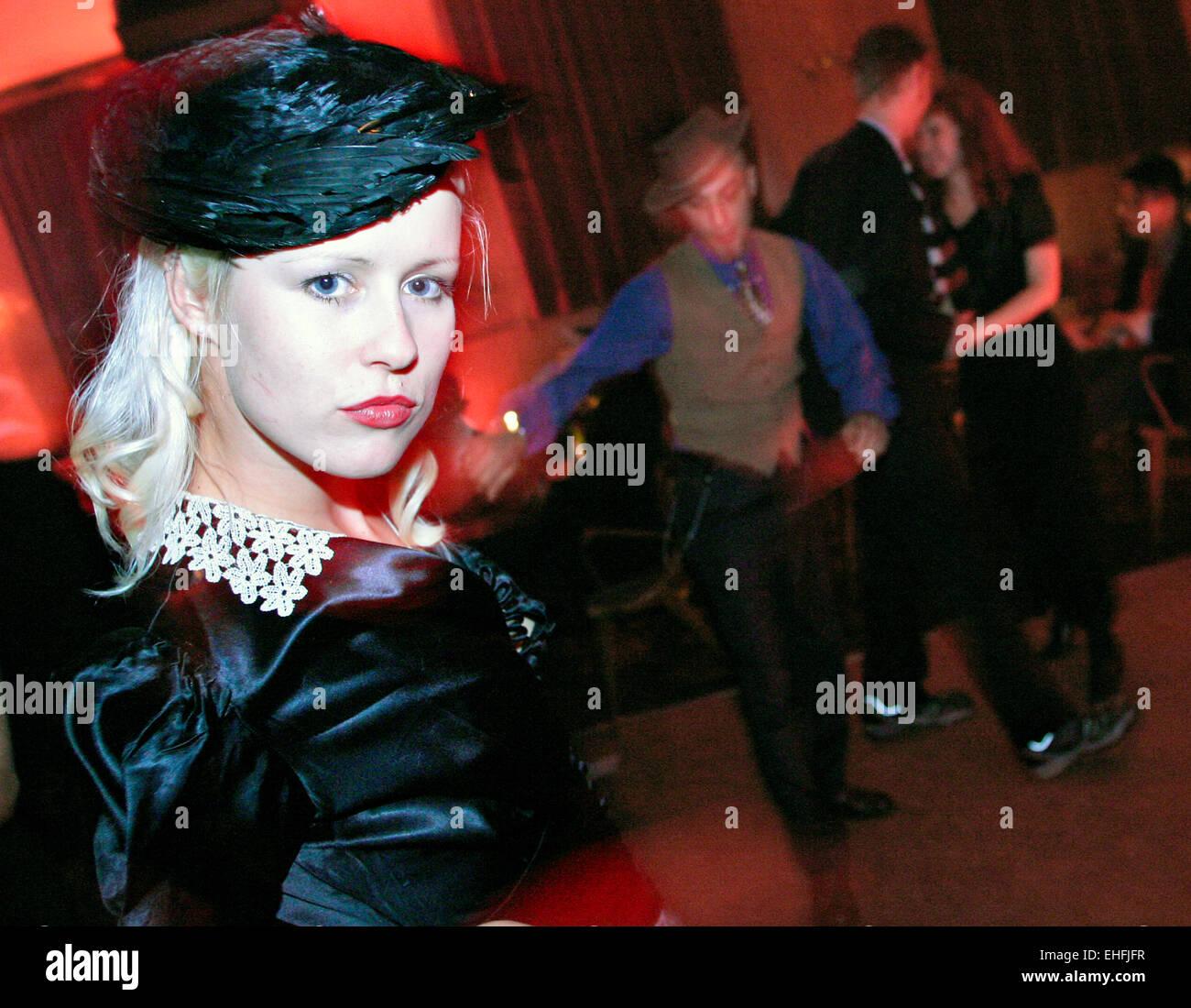 Vestido de niña en 40s 30s 40s 50s noche en Bethnal Green Club de Hombres Imagen De Stock