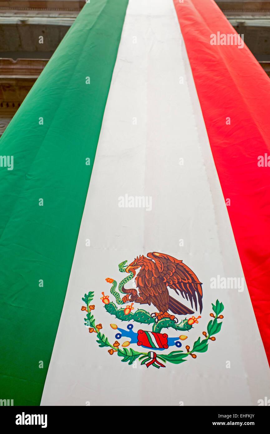 Oaxaca, México - Una bandera mexicana bandera en el antiguo Palacio del Gobernador, que ahora es un museo. Imagen De Stock