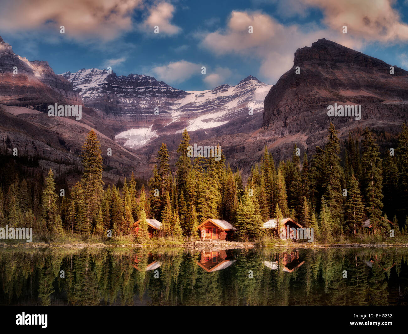 Cabañas en el lago O'Hara. El Parque Nacional Yoho, meseta Opabin, British Columbia, Canadá Imagen De Stock