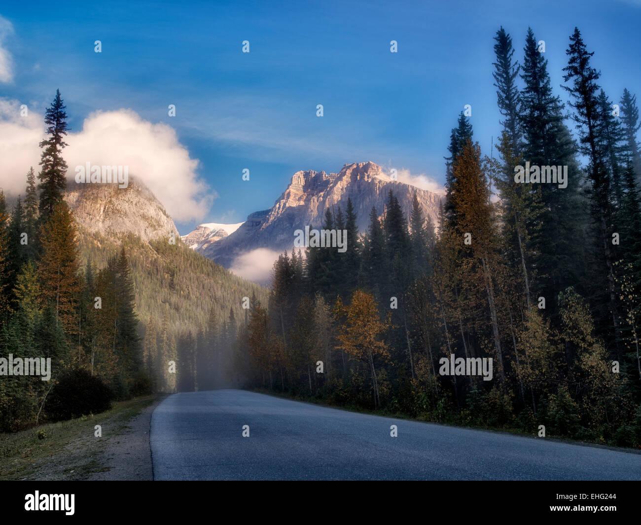 La niebla y la carretera con el amanecer. El Parque Nacional Yoho, Britsh Colmbia, Canadá. Imagen De Stock