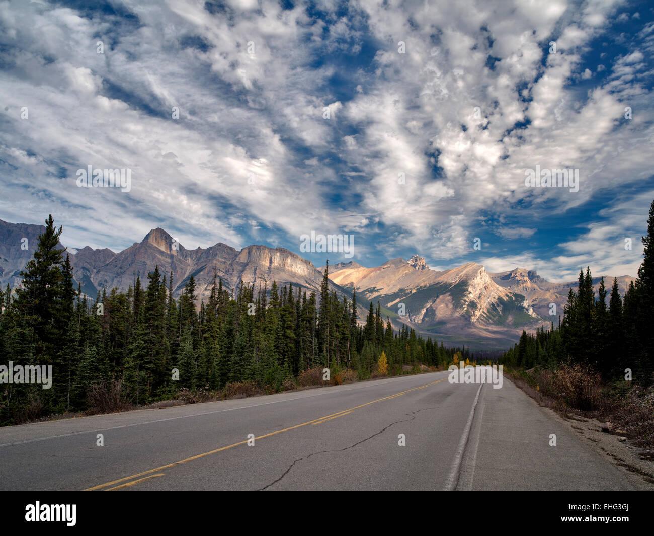 Camino en el Parque Nacional Banff, Alberta, Canadá Imagen De Stock