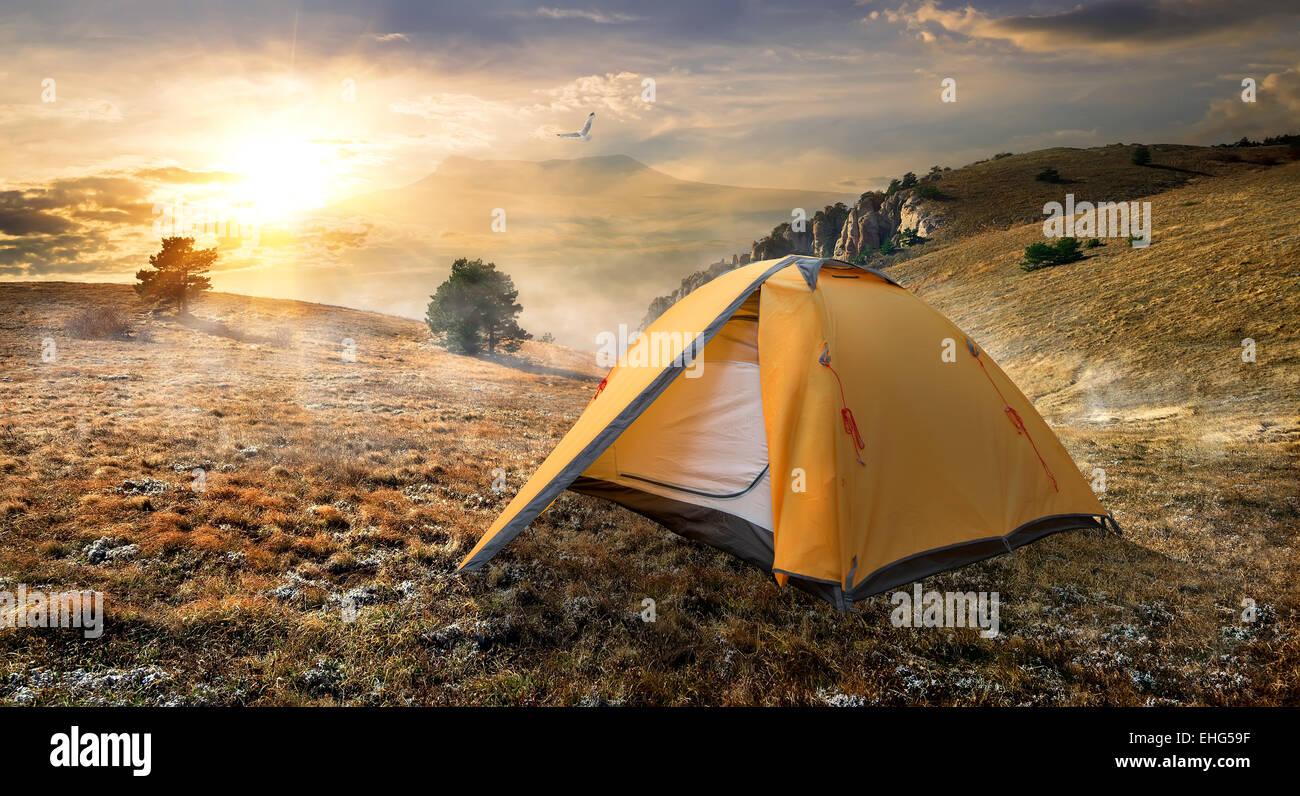Carpa turística en otoño de las montañas al amanecer. Foto de stock