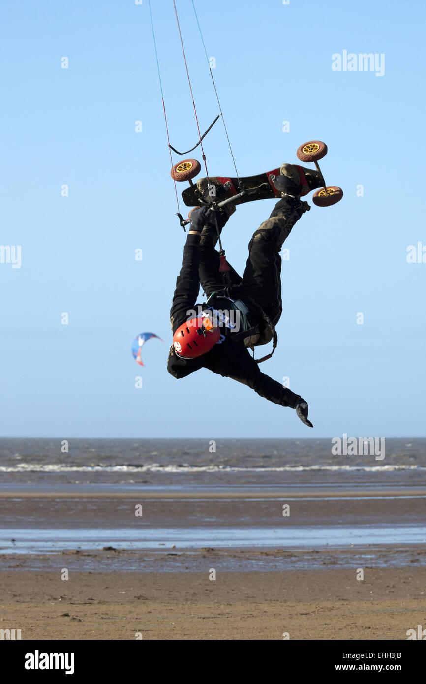Carl Kirton practicando sus técnicas de kite surf en la playa de Southport, Merseyside, REINO UNIDO Imagen De Stock