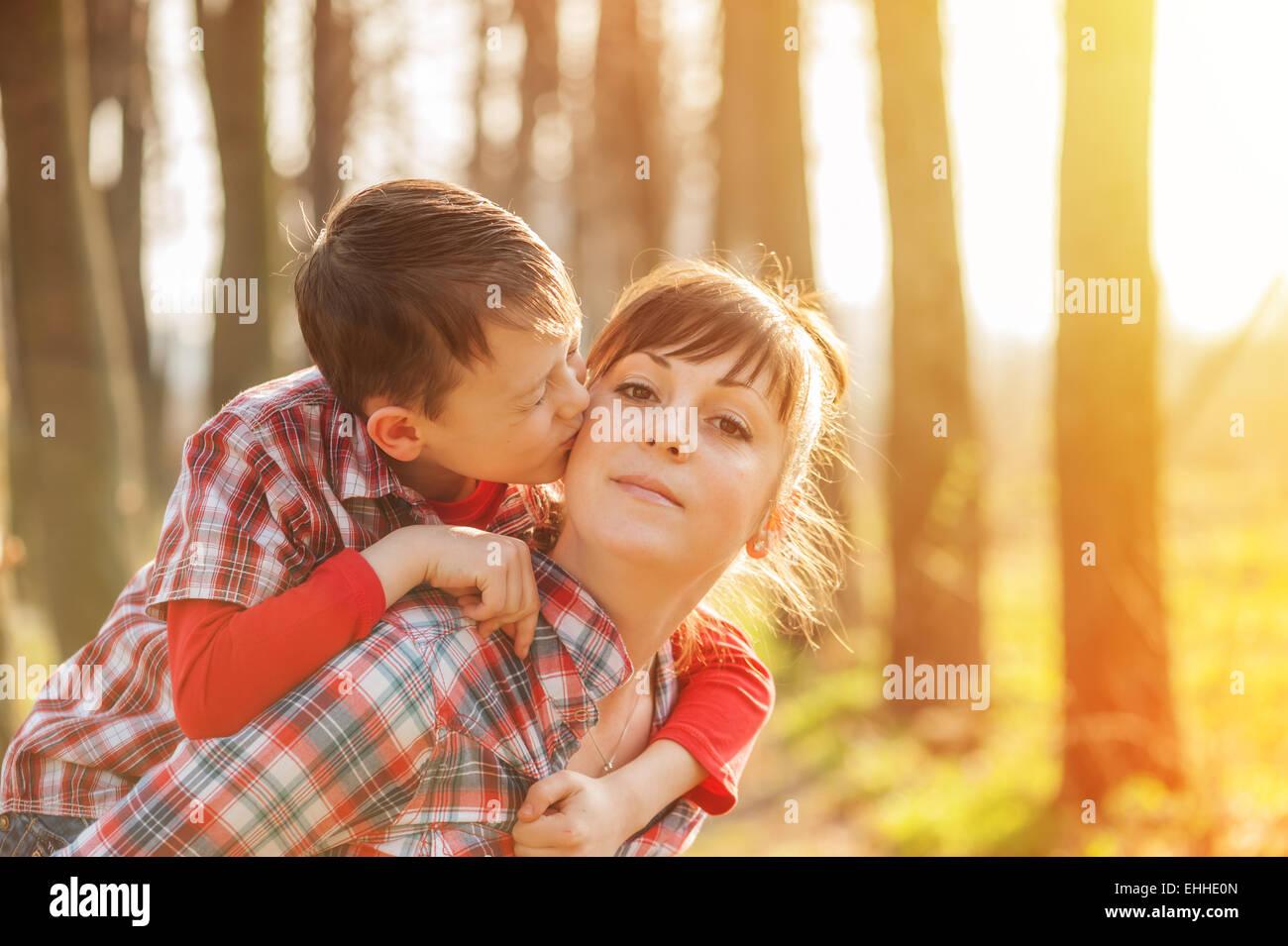 Chico y mamá se divierten en el parque Imagen De Stock