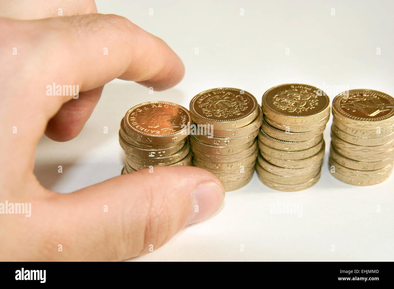 Escrutinio manual cash Sterling Pound monedas Imagen De Stock