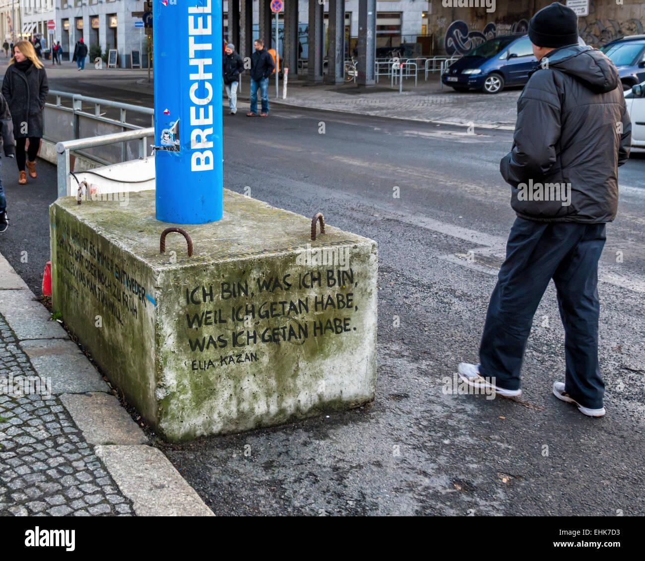 Bloque de hormigón de apoyo del tubo de evacuación de agua azul inscrito con cita de Elia Kazan - Mitte, Imagen De Stock