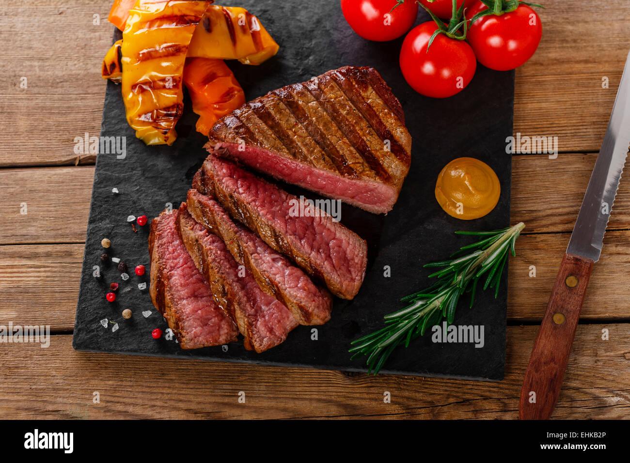 Filete de ternera a la parrilla con verduras en rodajas raras Imagen De Stock