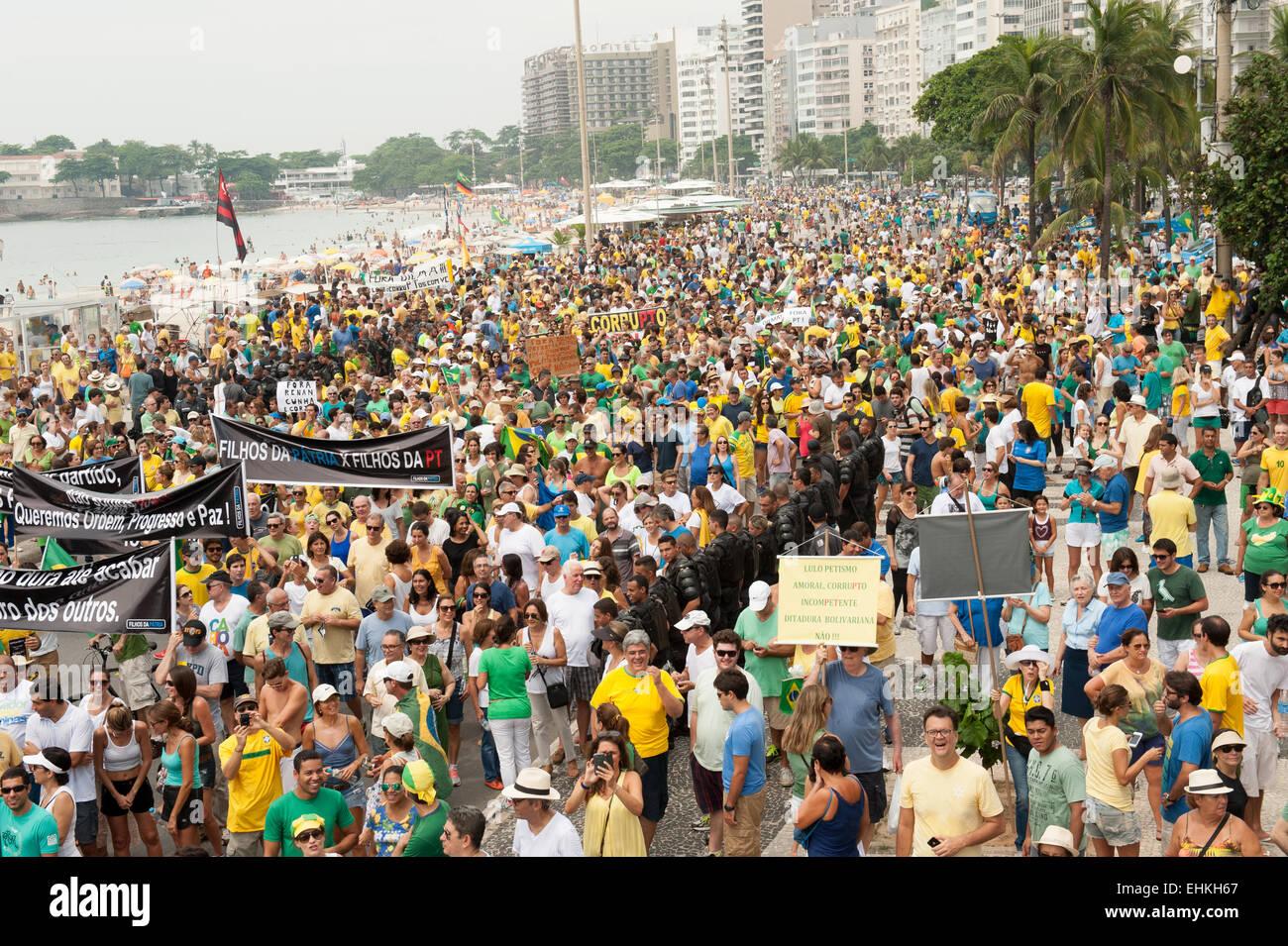 Los manifestantes llevan pancartas, Río de Janeiro, Brasil, el 15 de marzo de 2015. Manifestación contra la presidenta Dilma Rousseff. Foto de stock