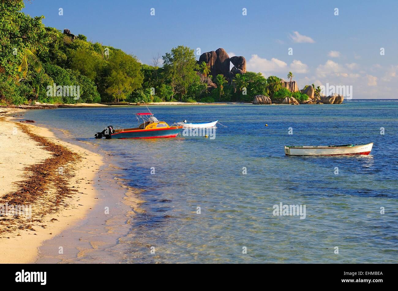 Los barcos en aguas poco profundas en la playa Anse La Réunion, La Digue, Seychelles Foto de stock