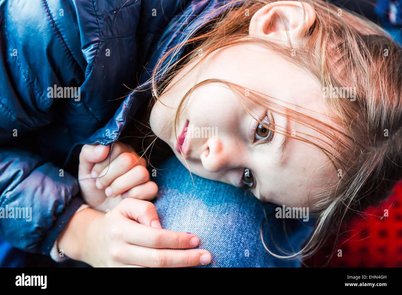 Una niña de 7 años con su padre. Imagen De Stock