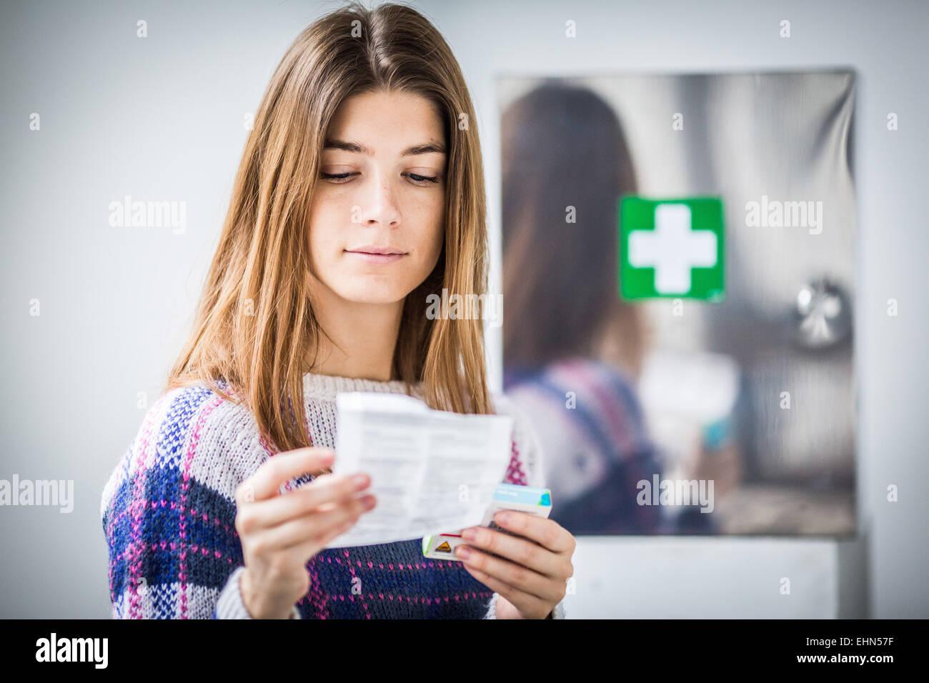 Mujer leyendo medicina hoja de instrucciones. Imagen De Stock