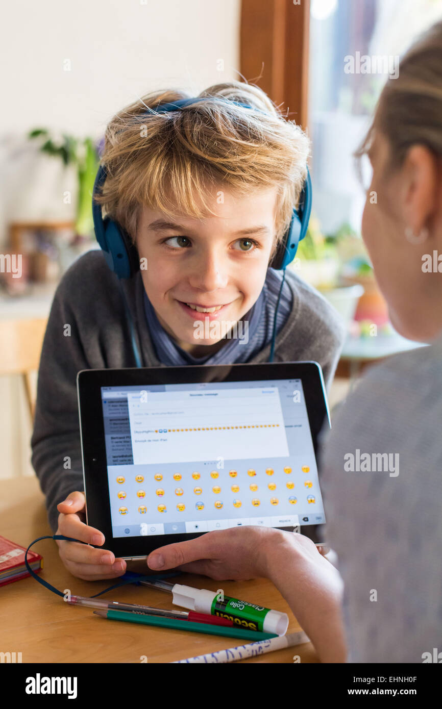 Niño de 8 años con Tablet PC. Foto de stock