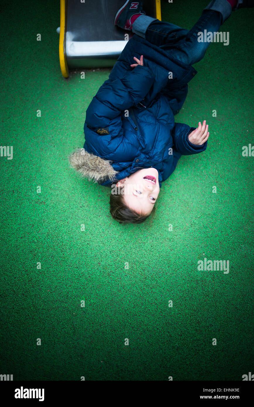 Niña de 7 años en un campo de juegos. Foto de stock