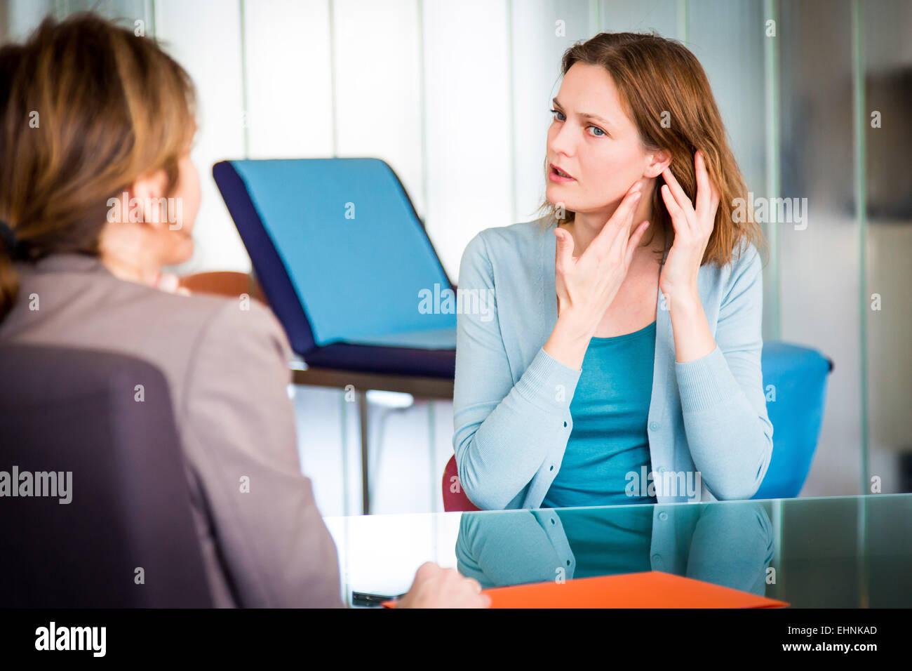 Doctor discutiendo con un paciente. Imagen De Stock