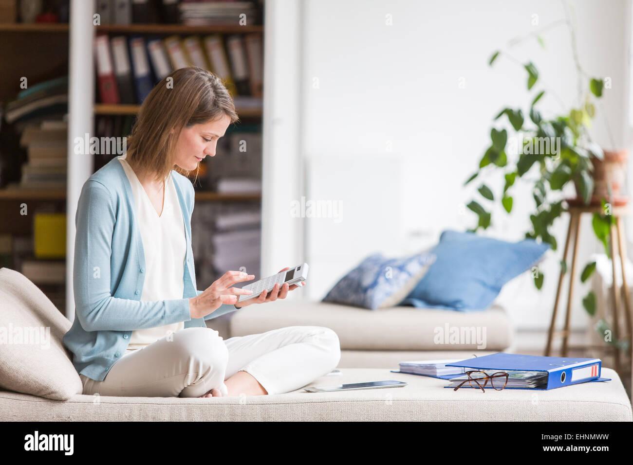 Mujer con documentos administrativos. Foto de stock
