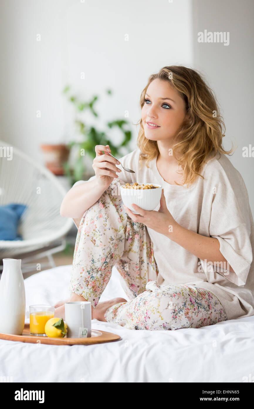 Mujer de desayunar. Imagen De Stock