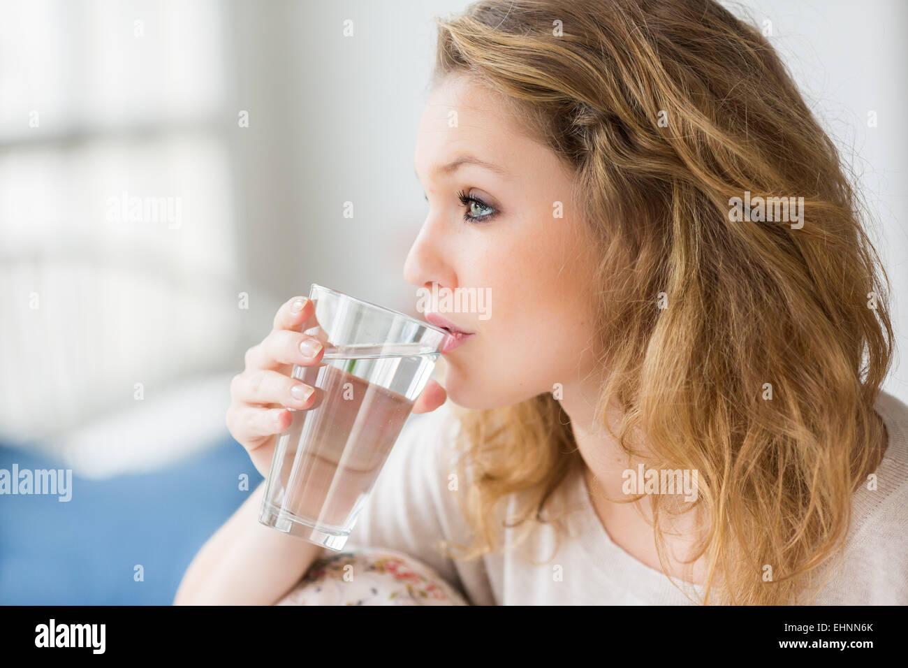 Mujer beber un vaso de agua. Imagen De Stock