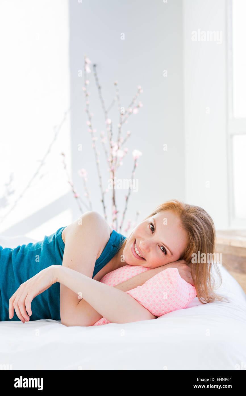 Mujer joven acostado en la cama. Imagen De Stock