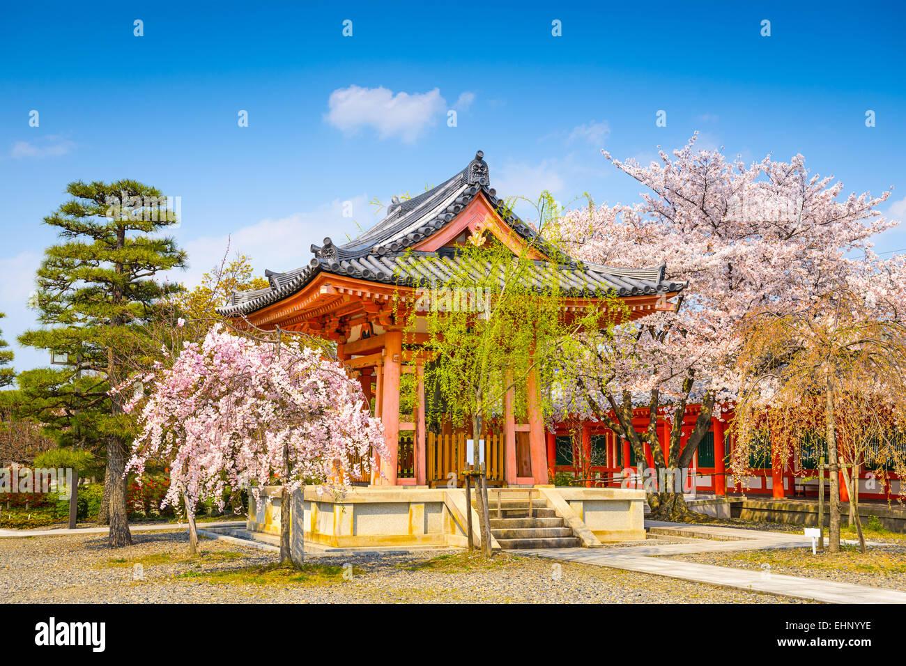 Templo budista bell house durante la temporada de primavera en el Santuario de Sanjusangendo, Kyoto, Japón. Foto de stock