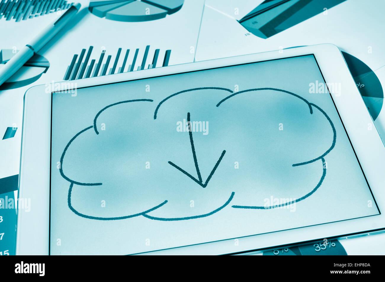 Un dibujo de una nube con una flecha en el interior de la pantalla de la tableta, representando el concepto de descarga Imagen De Stock