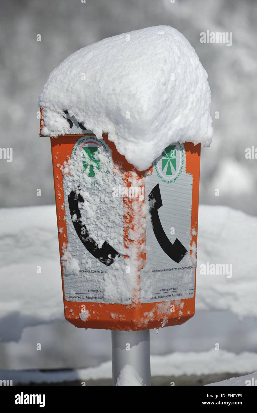 Teléfono de emergencia en la calle en invierno Foto de stock