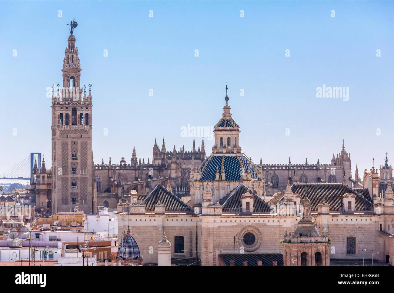 Sevilla España skyline con la torre de la Giralda, Catedral, Iglesia de El Salvador y el puente visto desde Imagen De Stock