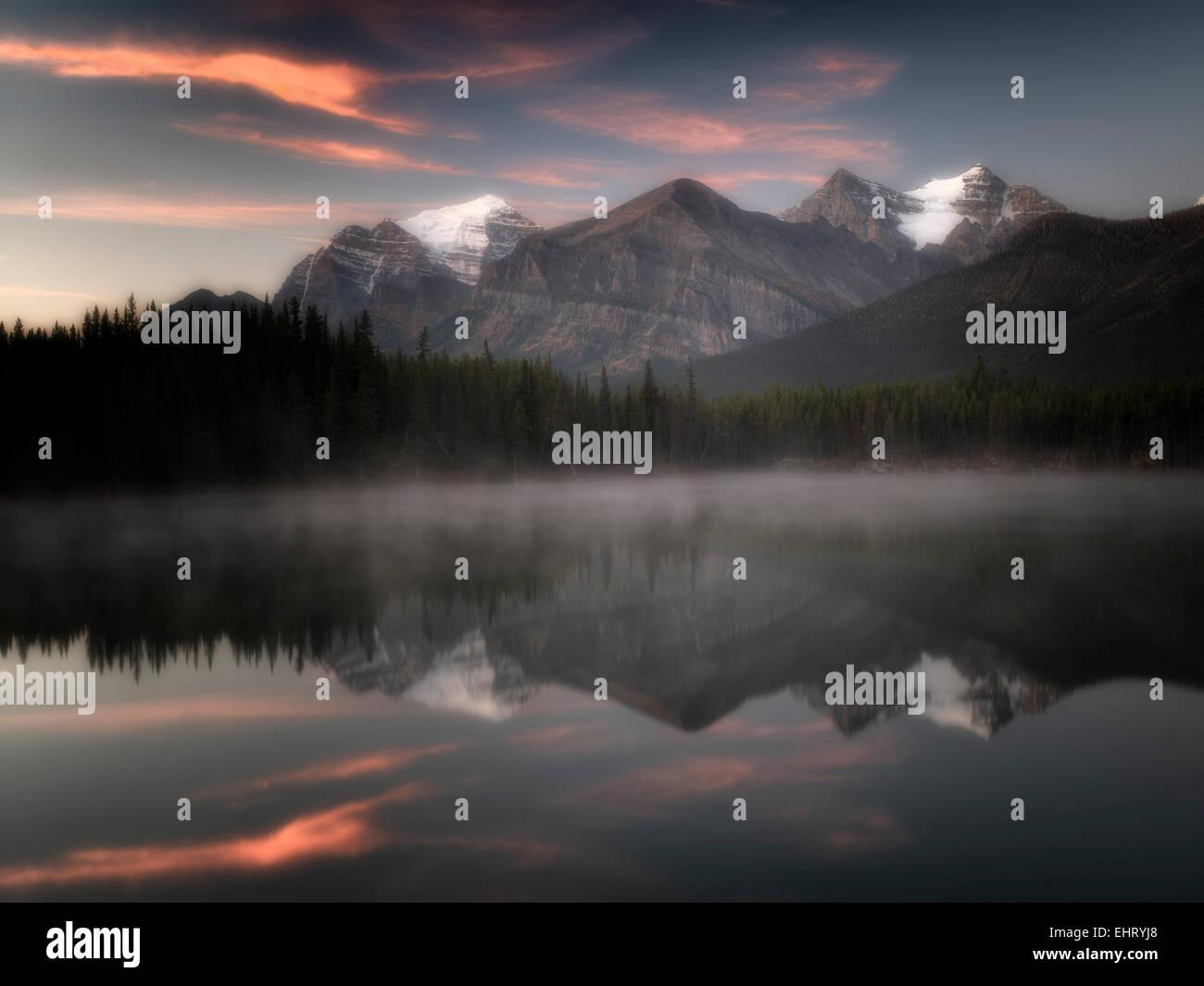 Herbert Lago con Mt. La reflexión y el templo del amanecer. Parque Nacional de Banff, Alberta, Canadá Foto de stock