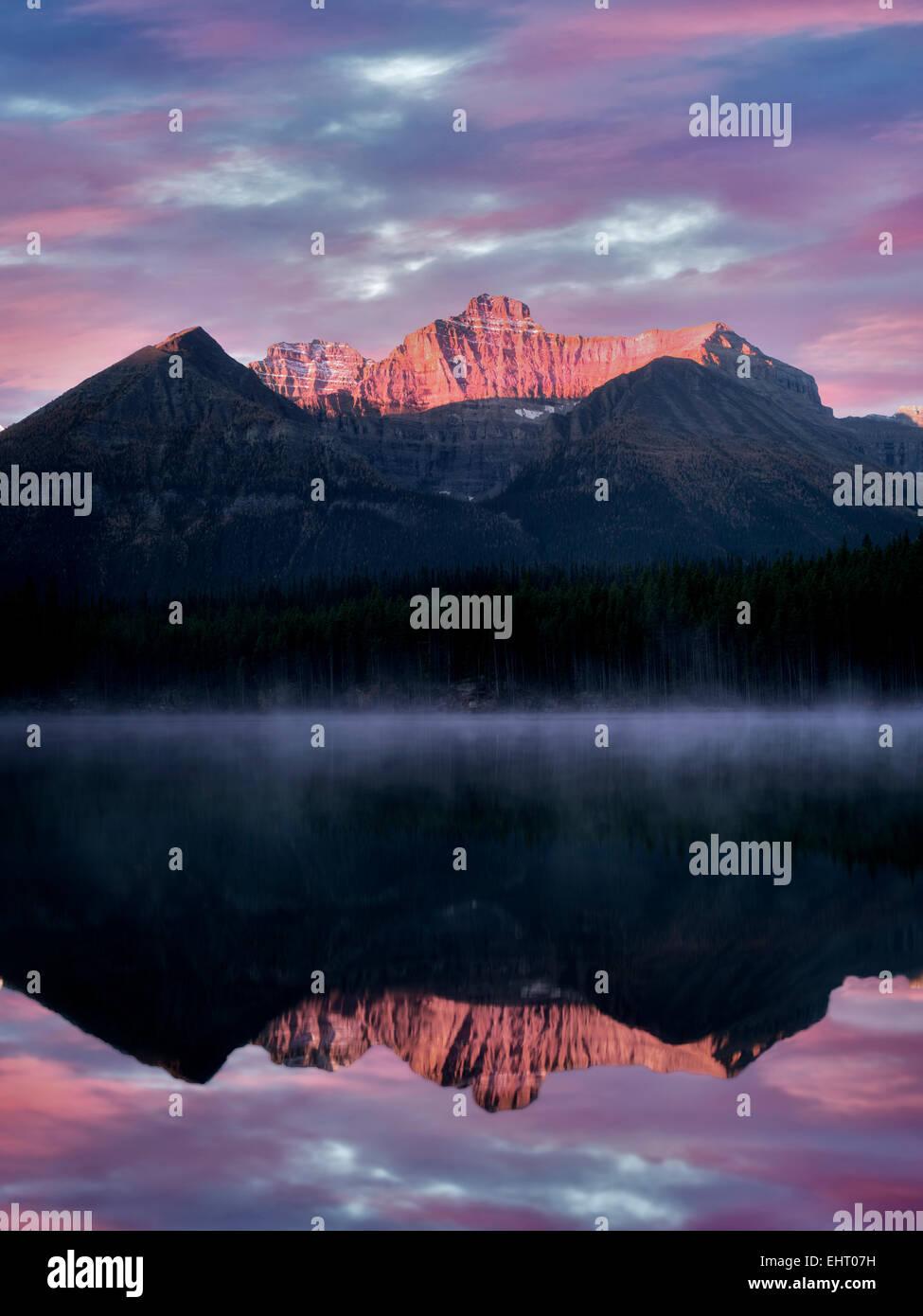 Herbert Lago con Mt. La reflexión y el templo del amanecer. Parque Nacional de Banff, Alberta, Canadá Imagen De Stock