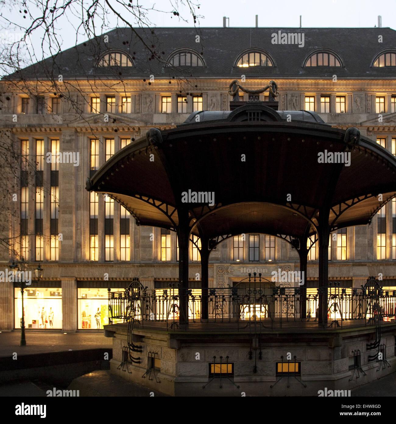 Iluminado department store en Duesseldorf. Imagen De Stock