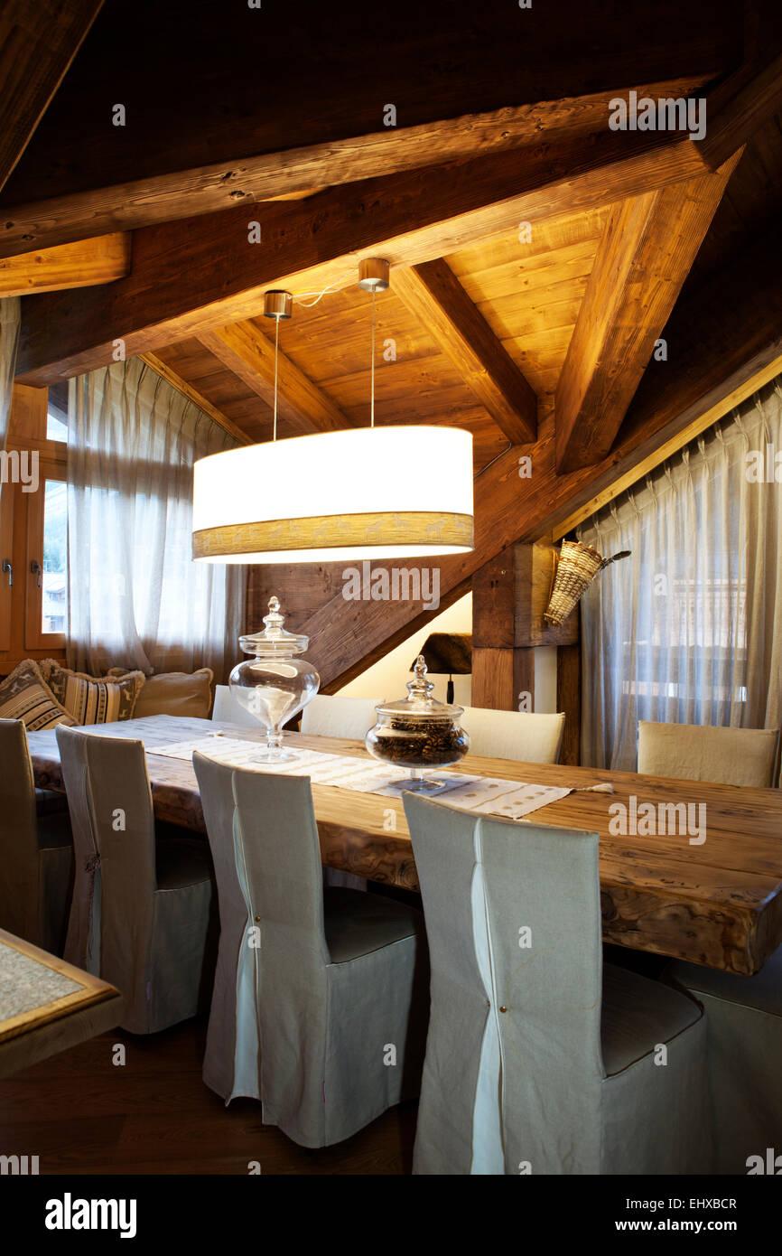 Alpine attic mesa de comedor Imagen De Stock