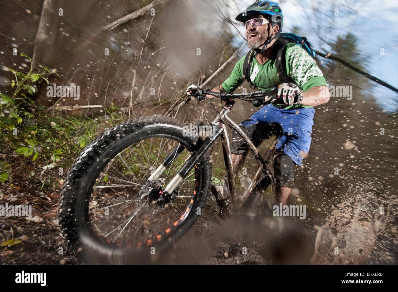 Ciclista de montaña cabalgando sobre un camino de tierra, Baviera, Alemania Imagen De Stock