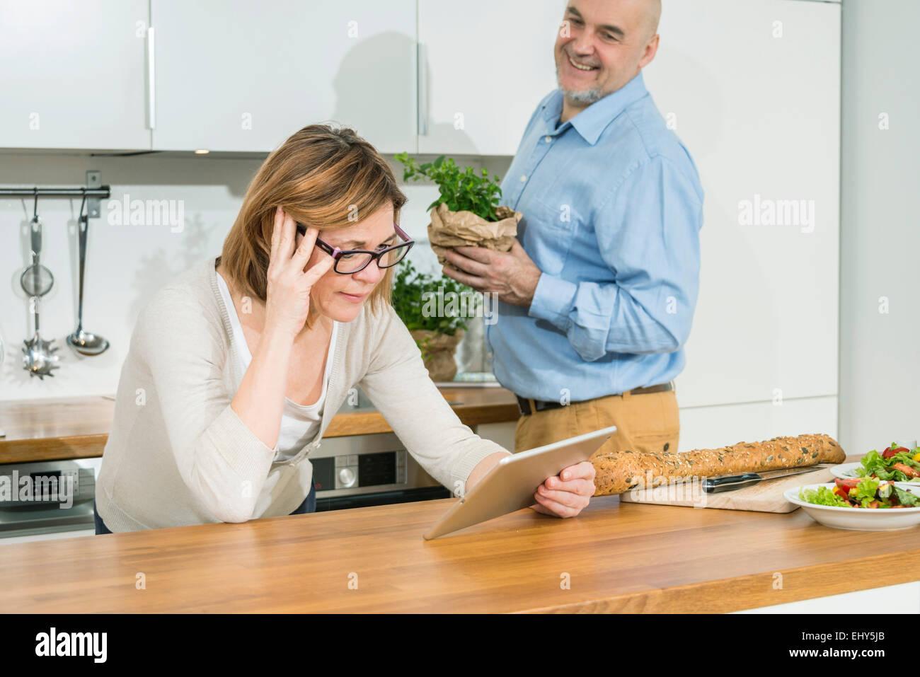 Las parejas ancianas en la cocina Imagen De Stock