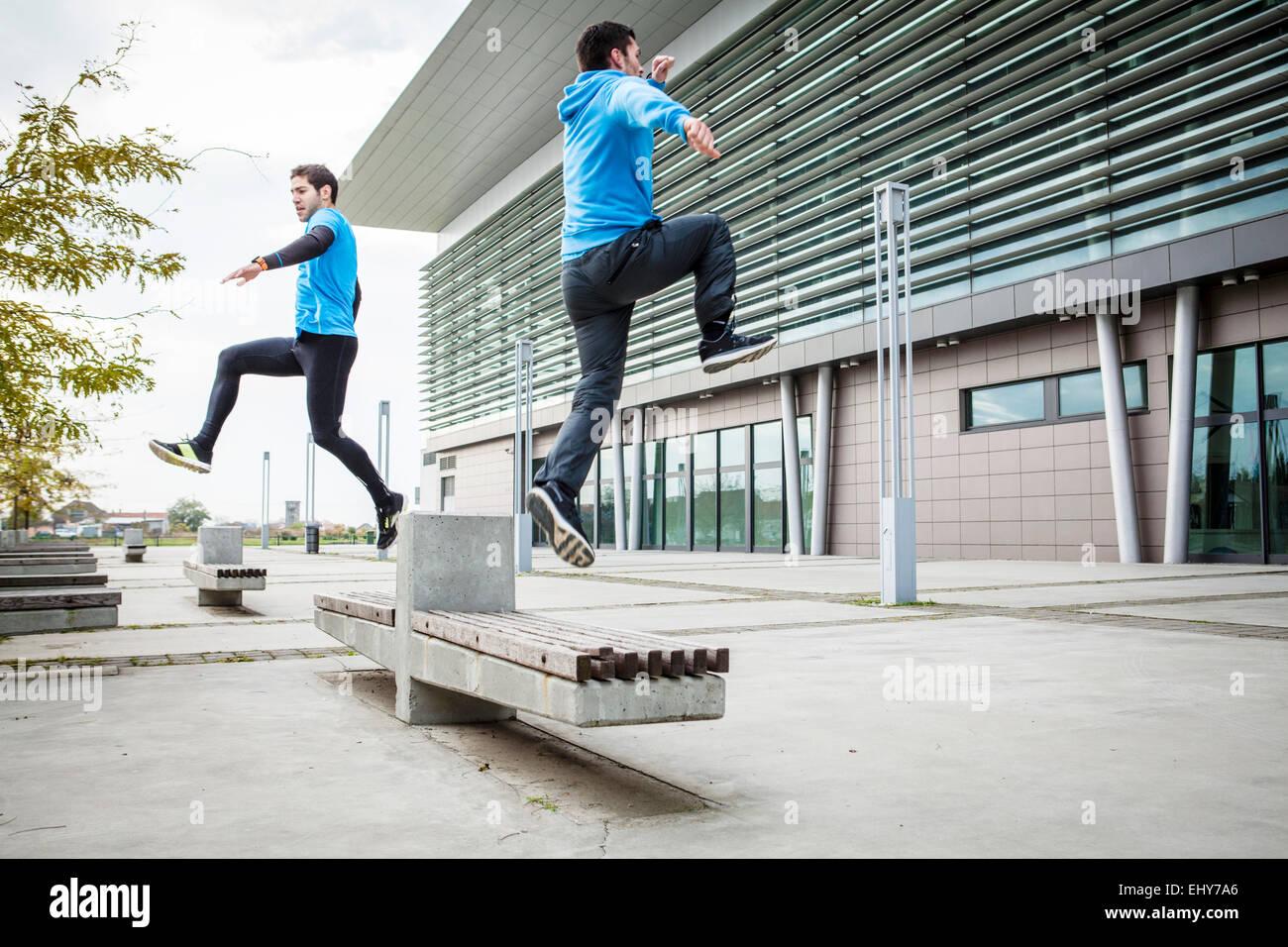 Dos corredores masculinos haciendo juntos en la ciudad de entrenamiento deportivo Imagen De Stock
